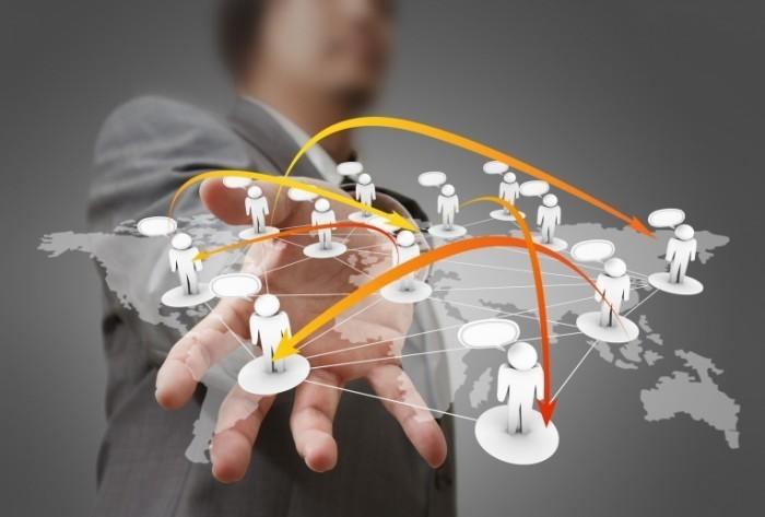 photodune 1118912 700x473 Бизнесмен держит в руке социальную сеть   Businessman hand holds social network