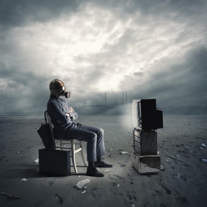 photodune 2572910 700x700 Мужчина в противогазе перед телевизором   Man in gas mask in front of TV