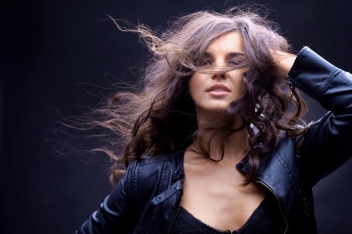 Девушка с распущенными волосами girl with
