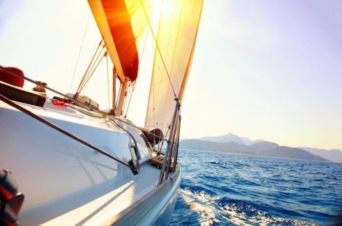 photodune 4234000 700x462 Яхта во время заката   Yacht Sailing against sunset