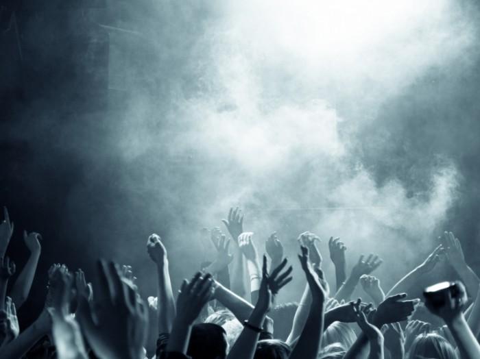 photodune 4429662 700x524 Руки фанатов на музыкальном концерте   Hands of fans at a music concert