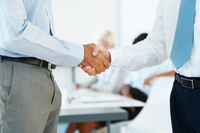 photodune 645934 700x466 Рукопожатие бизнесменов   Businessmen shaking hands