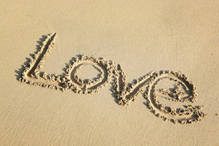 photodune 937430 700x466 Надпись love на песке   Love write on sand