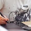 Парень использует графический планшет - Man Using Graphics Tablet
