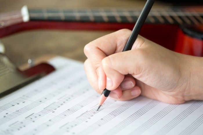 photodune 2661460 700x466 Рука с карандашом и музыкальным листом   Hand with pencil and music sheet