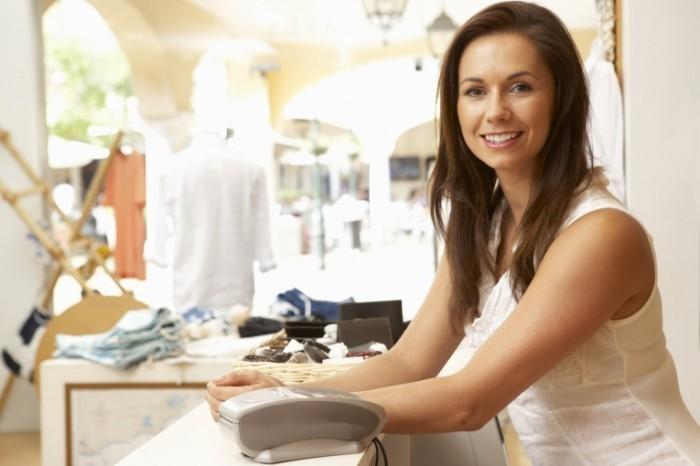 photodune 323596 700x466 Женский помощник по продажам при оформлении заказа одежды    Female Sales Assistant At Checkout Of Clothing