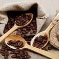 Кофейные зерна в ложках - Coffee beans in a spoons