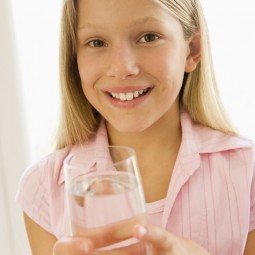 Девочка со стаканом воды - Girl with a glass of water