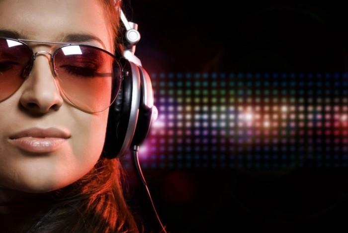 Fotolia 13858499 Subscription L 700x468 Девушка в наушниках   Girl with headphones