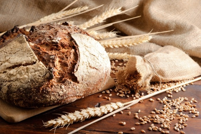 Fotolia 28431583 Subscription XL 700x465 Свежий черный хлеб   Fresh brown bread