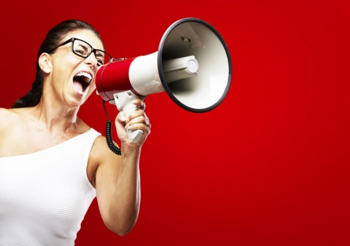 Fotolia 37064469 Subscription Monthly XL 700x492 Девушка кричит в рупор   Girl shouts in megaphone