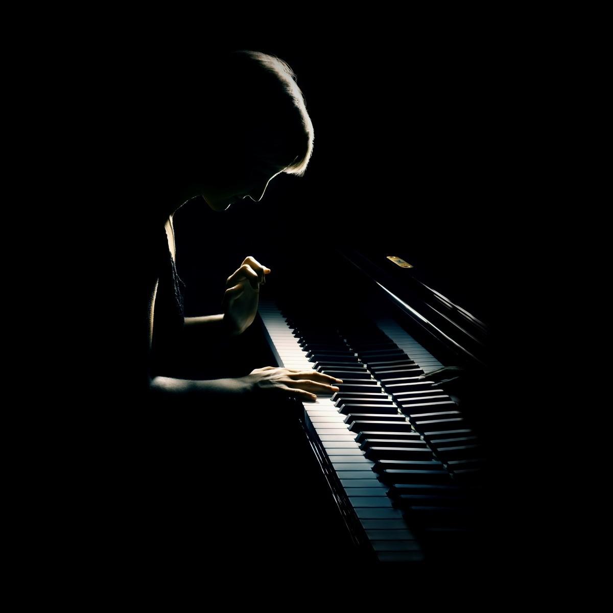 М�ж�ина за �о��епиано � man at the piano