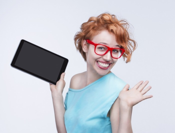 Fotolia 52831752 M 700x534 Девушка в очках с планшетом   Girl in glasses with the tablet