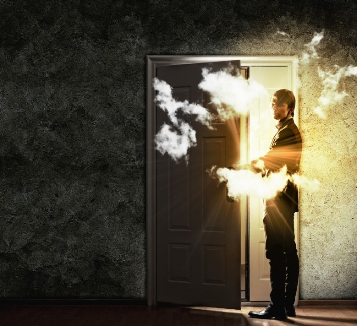 Fotolia 52849595 Subscription Monthly M 700x638 Мужчина у двери   Man at the door