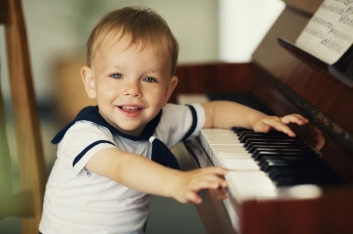 Fotolia 55180228 M 700x465 Мальчик за фортепиано   Boy at the piano