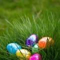 Яркие пасхальные яйца в траве - Bright Easter eggs in the grass