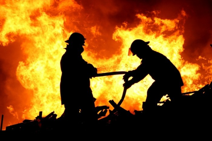 Fotolia 7558311 XL 700x466 Пожарники в огне   Firefighters in the fire