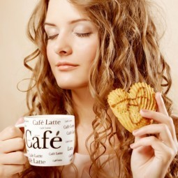Девушка с латте и печеньем - Girl with a latte and cookies