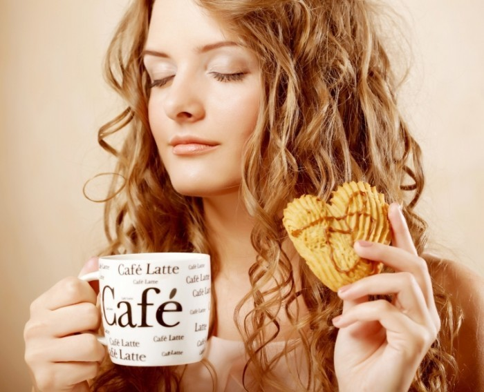 firestock 3004201405 700x568 Девушка с латте и печеньем   Girl with a latte and cookies