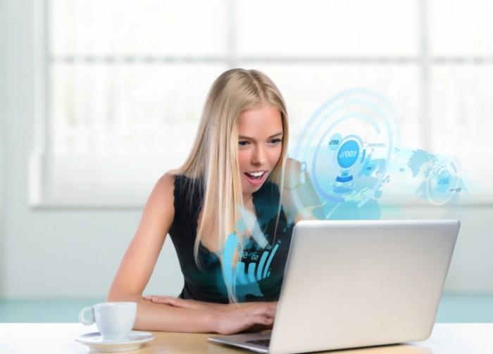 fotolia 44028478 xl 700x503 Восхищенная девушка за ноутбуком   Delighted girl at a laptop