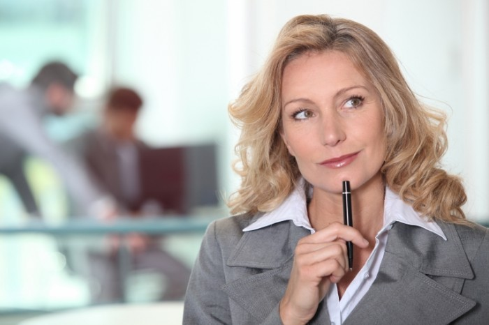 fotolia 45081566 subscription xxl 700x466 Задумчивая женщина с ручкой   Thoughtful woman with pen
