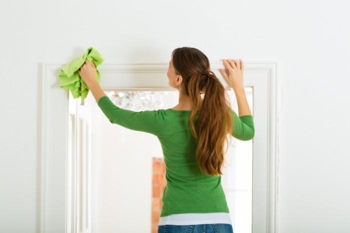 fotolia 51978134 subscription xxl 700x466 Девушка за уборкой   Girl cleaning