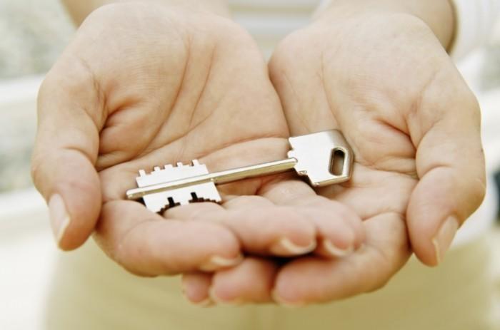 istock 000002302621medium 700x463 Ключ в руках   Key in hand