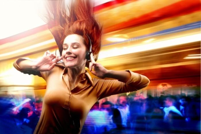 music  307 700x468 Девушка в наушниках   Girl with headphones