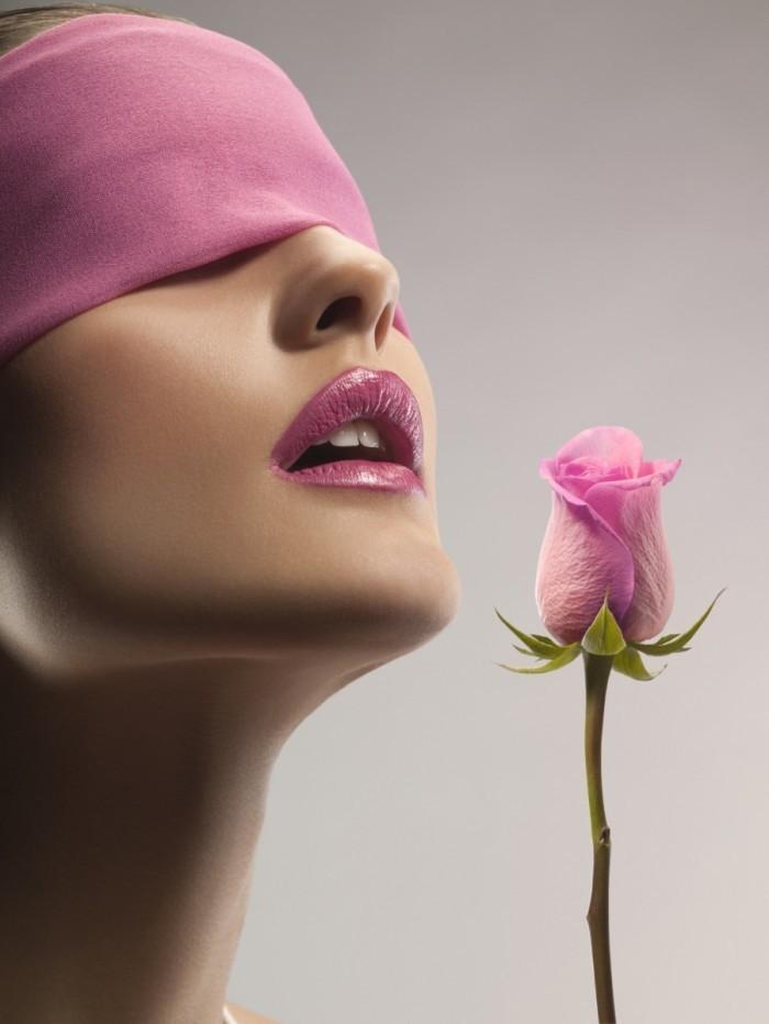 1084439641 700x932 Девушка с завязаными глазами с розой   Blindfolded girl with a rose