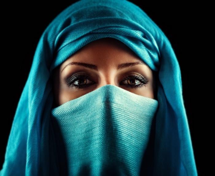shutterstock 116924887 700x573 Женщина в парандже   Woman in a burqa