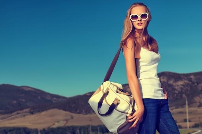shutterstock 129400445 700x466 Девушка в очках с сумкой   Girl in sunglasses with a bag