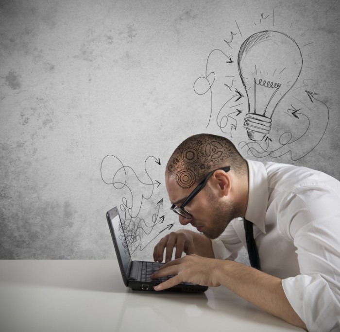 shutterstock 131601941 700x684 Мужчина за ноутбуком с лампой над головой   Man behind the laptop with a lamp over his head