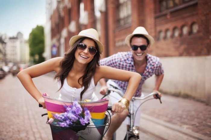 shutterstock 145149241 700x465 Пара на велосипедах   Couple on bikes