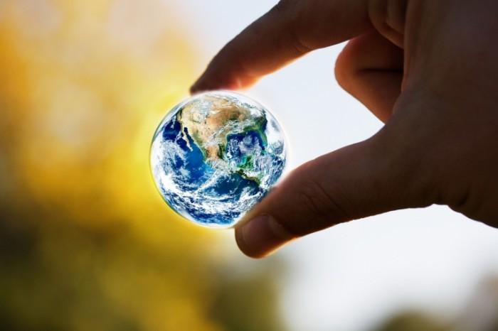shutterstock 146211665 700x466 Земной шар в руке   Globe in hand