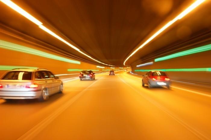 shutterstock 72928264 0 700x466 Машины на ночной автостраде   Car on night highway