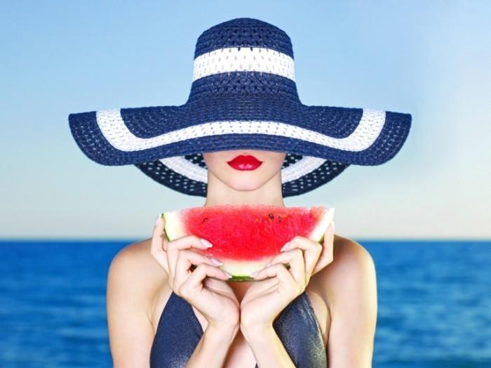 shutterstock 86812669 700x524 Дама в шляпе с арбузом   Lady in hat with watermelon