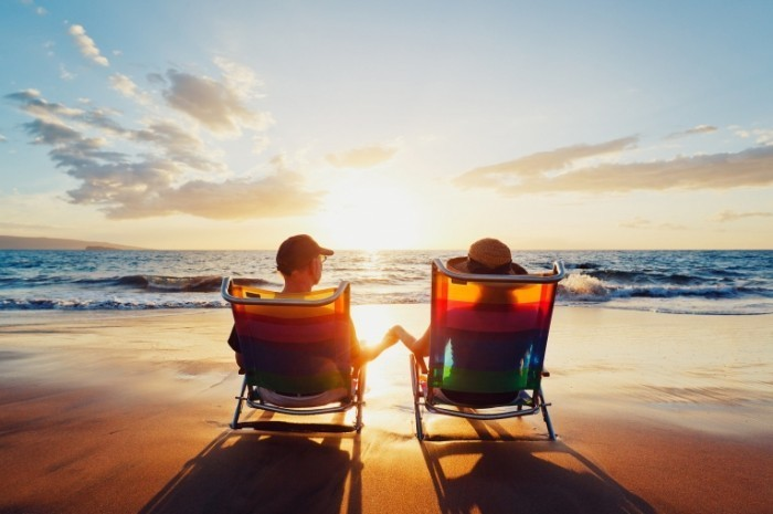 shutterstock 98725502 700x465 Пара на лежаках на пляже   Couple on the sunbeds on the beach