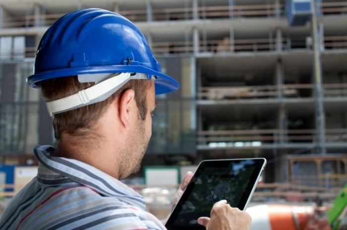 Depositphotos Construction specialist using tablet 6600063 l 700x465 Строитель в каске с планшетом   Builder in helmet with tablet