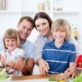 Семья готовит еду - Family preparing a meal