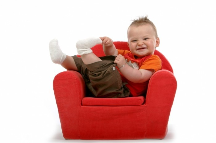 Fotolia 1630924 M 700x465 Ребенок в красном кресле   Child in red chair