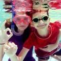 Женщина с мальчиком в маске под водой - Woman with a boy in the mask under water