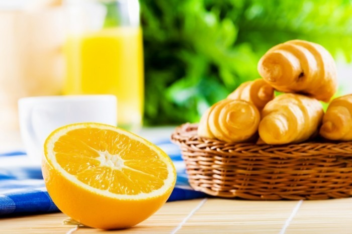 Fotolia 61466976 Subscription XL 700x466 Апельсин и круассаны   Orange and croissants