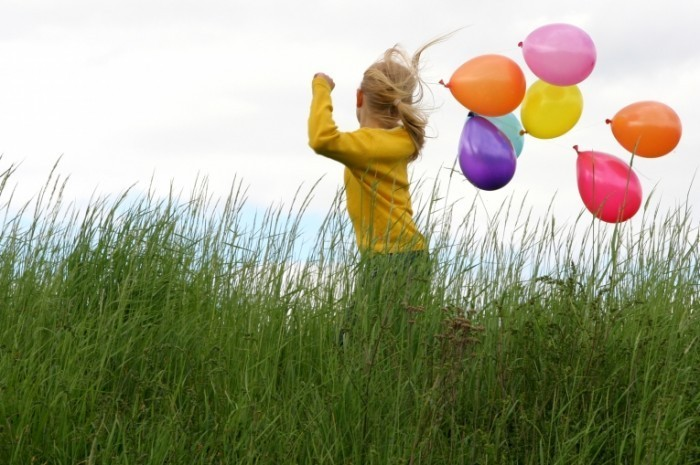 Fotolia 743970 Subscription L 700x465 Девочка с воздушными шариками   Girl with balloons
