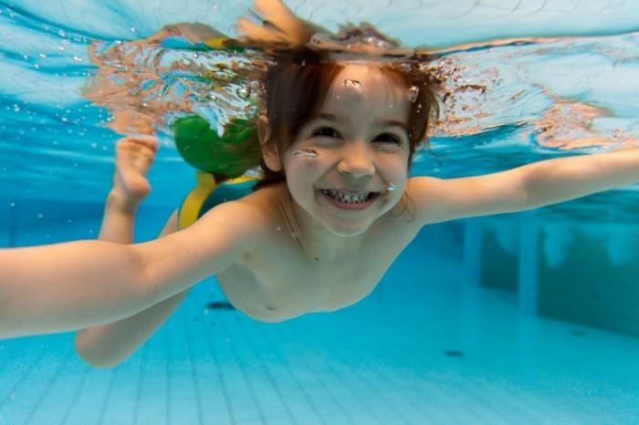 Fotolia swim 700x466 Девочка под водой   Girl under water