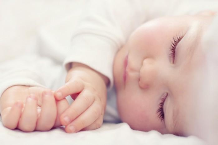 Sleeping Baby Fotolia 44952066 700x466 Новорожденный младенец   Newborn baby