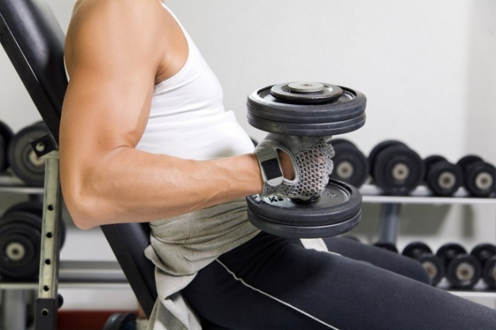gym 700x466 Мужчина с гантелями   Man with dumbbells