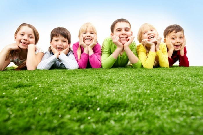 line of kids 700x466 Дети на траве   Children on grass