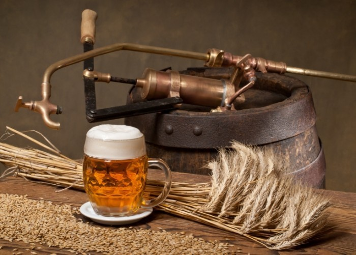 shutterstock 104652248 700x501 Бокал пива возле бочки   Glass of beer near the barrel