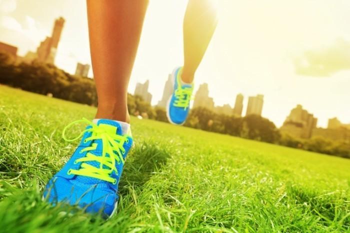 shutterstock 112330748 1 copy 700x466 Ноги в ярких кроссовках   Legs bright sneakers