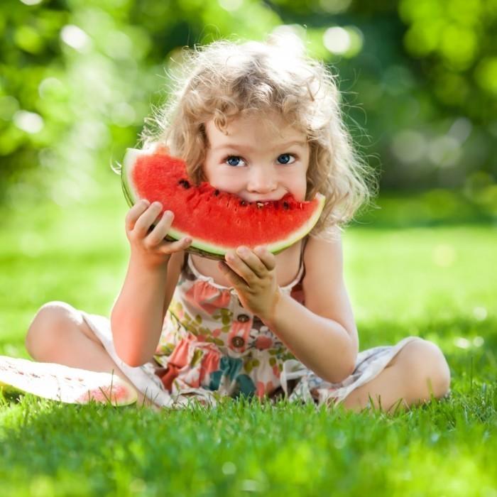 shutterstock 132020732 700x700 Девочка с арбузом   Girl with watermelon